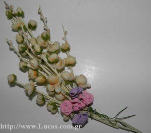 στολίζω μόνη μου ένα στεφάνι με λουλούδια