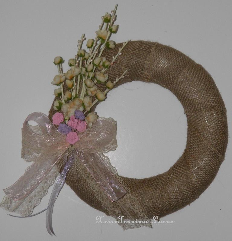 DIY στεφάνι με λουλούδια, δαντέλα και λινάτσα