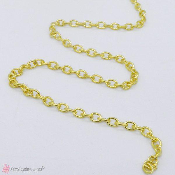 χρυσή μεταλλική αλυσίδα με το μέτρο