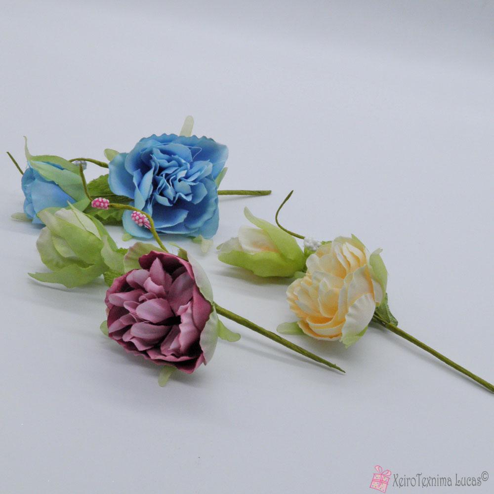 Διακοσμητικό κλαδί με λουλούδια σε διάφορα χρώματα.