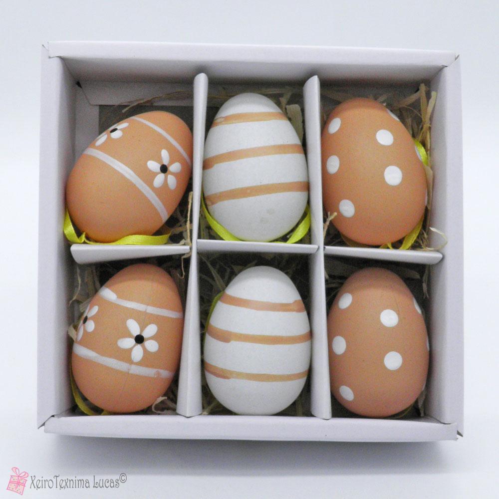 Μπεζ πασχαλινά αυγά με διάφορα σχέδια
