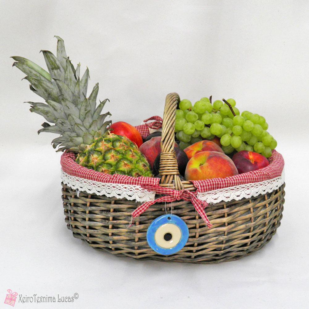 καλάθι με πολύχρωμα φρούτα