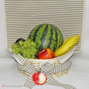 καλάθι με καλοκαιρινά φρούτα
