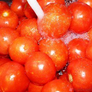 πλένουμε καλά τις ντομάτες