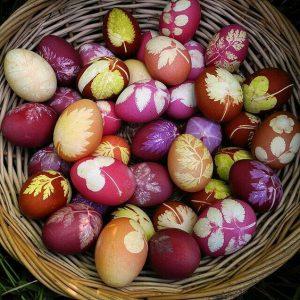 Αυγά διακοσμημένα με φύλλα και λουλούδια