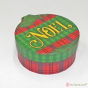 Σκληρά χάρτινα κουτιά με πράσινο και κόκκινο καρό για συσκευασία δώρου.