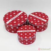 Κόκκινο κουτί Merry christmas με άσπρες νιφάδες.