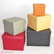 Τετράγωνα χάρτινα κουτιά σε διάφορα χρώματα και διαστάσεις